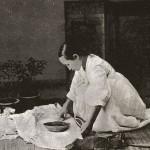 도 2. <다림질 하는 여인>, 19세기 말 촬영