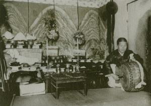 도 4. 어느 굿당 내부의 일월오봉도, 20세기 전반
