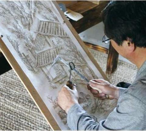 충청북도무형문화재 제22호 김영조 선생이 인두로 낙을 놓는 모습