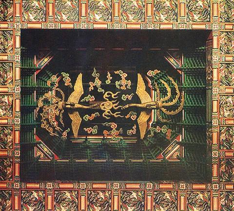 그림 1. 창덕궁 인정전 천장 중앙의 봉황. 화면상 왼쪽(東)의 톱니형 꼬리 깃을 가진 것이 봉, 오른쪽(西)의 넝쿨형 꼬리 깃을 가진 것이 황이다